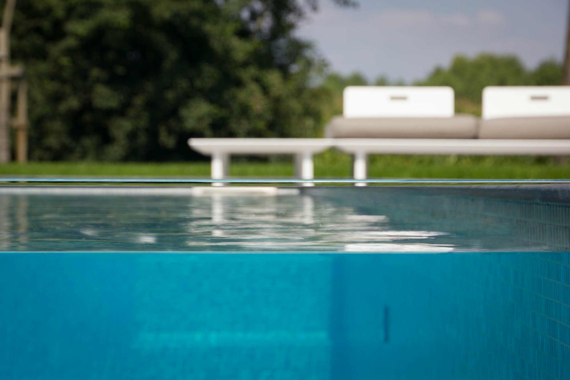 Betonnen zwembad in Eke