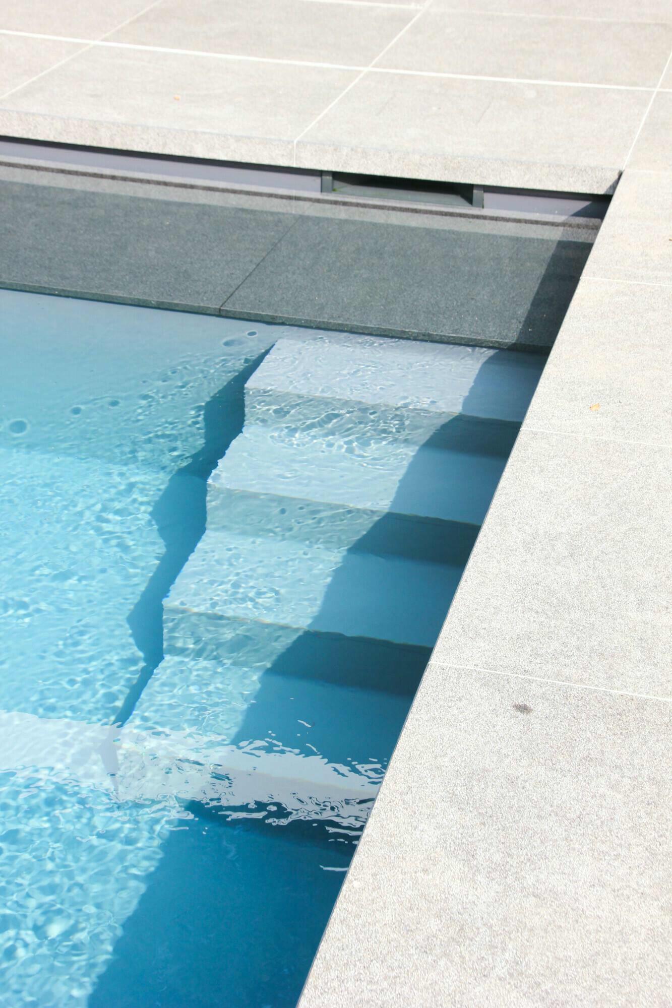 Betonnen zwembad in Mariakerke