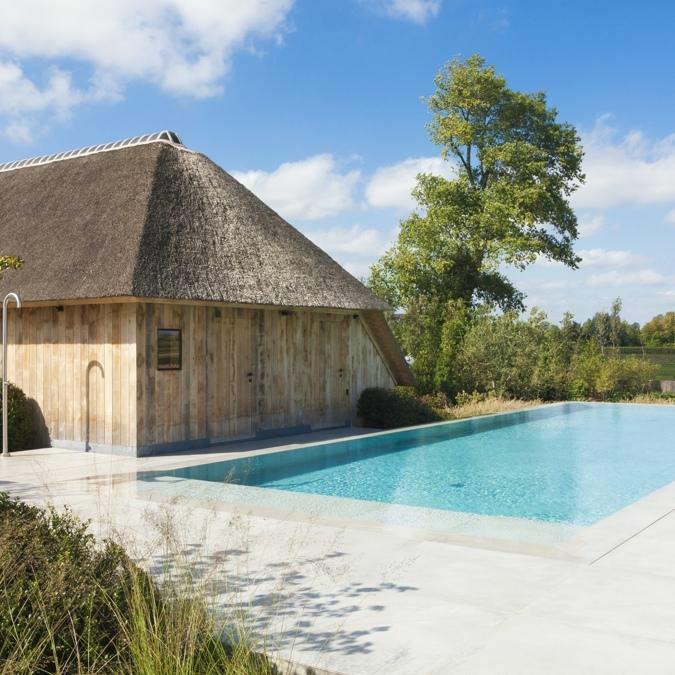 Totaalconcept - zwembad / tuinAfmetingen: 15 x 5 x 1,5mBekleding: beton look / lichtgrijze&nbs